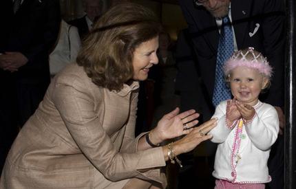 Drottning Silvia mötte flera barn under Finlandsresan.