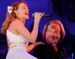 """Kylie Minouge sjöng """"When all is said and done"""" och Benny Andersson spelade piano."""