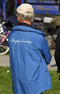 """Kungen var sportigt klädd i en jacka med texten """"Simply scouting""""."""