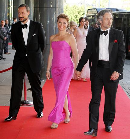 636d928206f3 Kronprins Haakon kom med syster prinsessan Märtha Louise och Ari ...