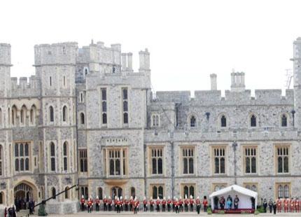 """På Buckingham Palace, Windsor Castle och Holyrood Palace i Edinburgh bjöd drottningen personalen till att """" avnjuta ett glas champagne för att fira den kungliga födseln"""