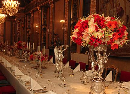 Blomsterdekorationerna gick i röd-rosa toner och bestod av fem sorters  amaryllis. 3072fed54c054