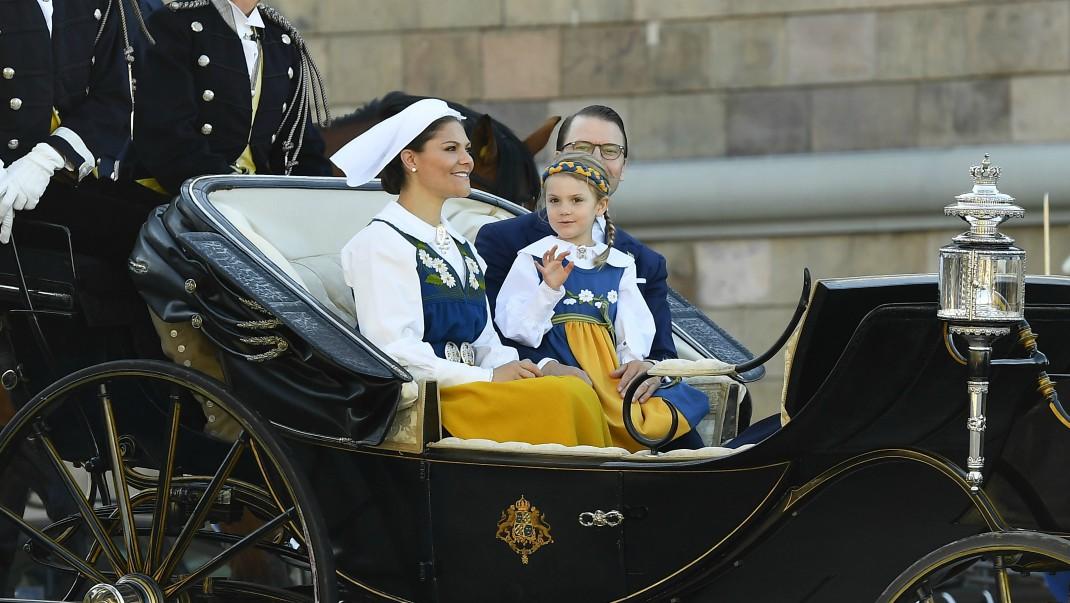 Här åker hela kungafamiljen kortege till Skansen