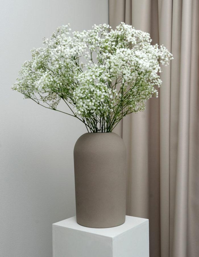 Piedestalen har Therése byggt själv med hjälp av virke från brädgården. Krukan är från Kristina Dam.