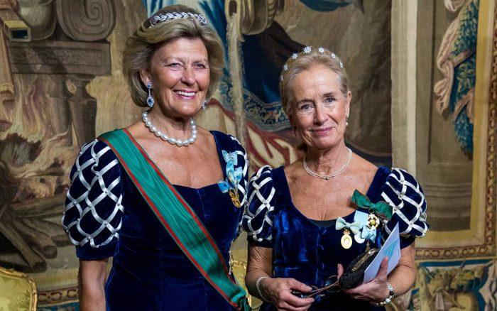 Överhovmästarinnan Kirstine von Blixen-Finecke och hovdamen Louise Törneman.