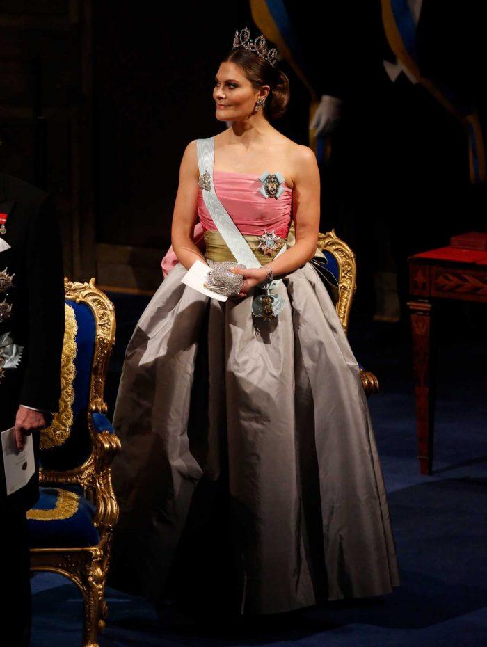 d72a25af5af7 Kronprinsessan Victoria gjorde entré i drottning Silvias gamla Nobelklänning
