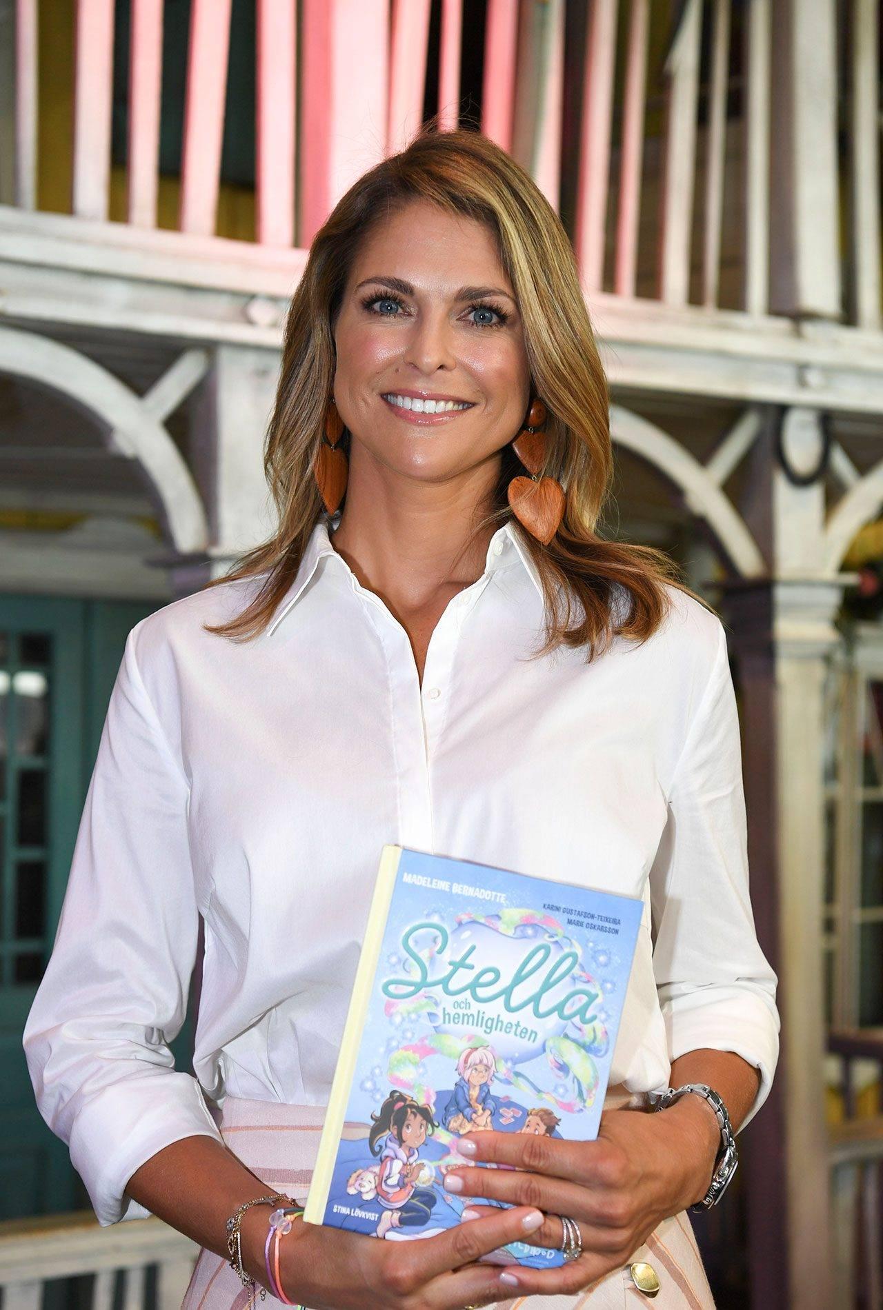 """Prisessan Madeleine med sin egna barnbok """"Stella och hemligheten"""""""