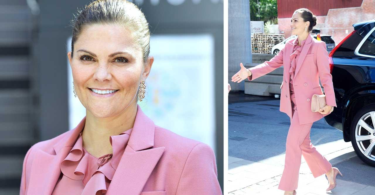 Victoria i rosa kostym