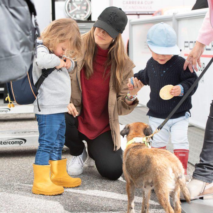 Sofia med sina pojkar Alexander och prins Gabriel – och med hunden Siri.