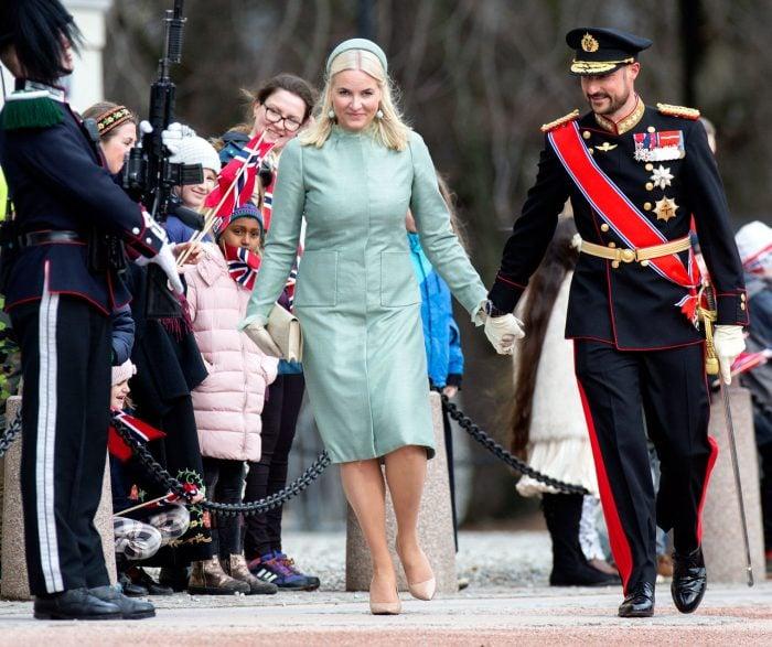 Mette-Marit och Haakon hand i hand.