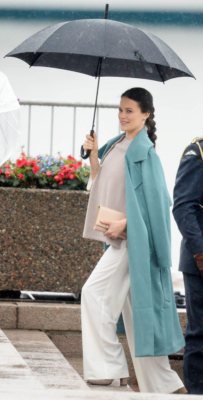 Så elegant hon bär upp kappan, vår Sofia!
