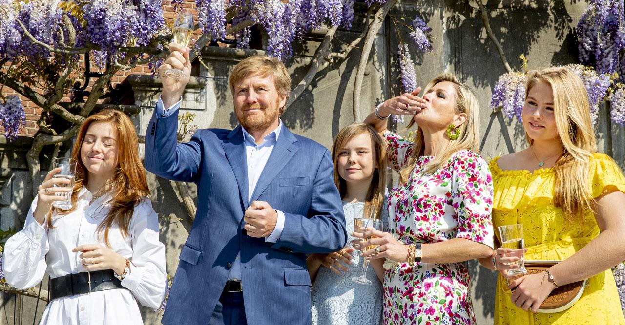 Drottning Máxima och barnen skålar för kung Willem-Alexander på födelsedagen 2020.