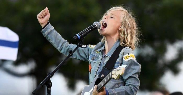 Oscar, de 12 años, es el artista más joven hasta la fecha en haber contratado con Universal Music Sweden.  Se hizo famoso en las redes sociales y sus videos tienen millones de visitas en todo el mundo.