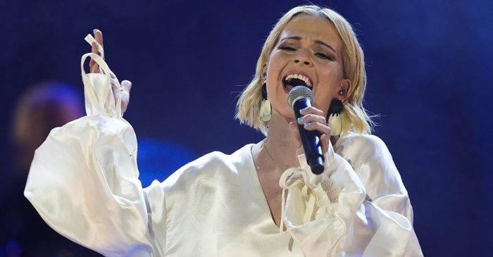 Petra Marklund fue conocida por el nombre de artista Septiembre, pero hace unos años cambió de dirección, retomó su propio nombre y comenzó a cantar en sueco.  ¡Ahora es una de las artistas más establecidas y célebres de Suecia!