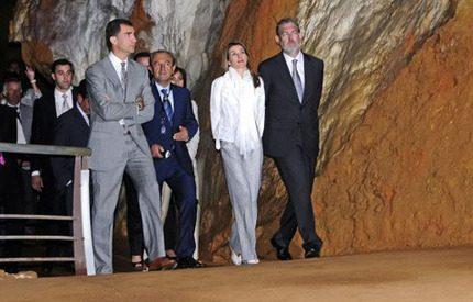 Kronprinsessan Letizia på gruvbesök matchade maken i grått och vitt