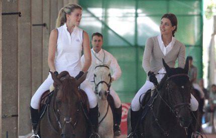 Athina och Charlotte har blivit väninnor till häst