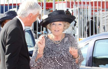 Drottning Beatrix i piffig hatt döpte lastfartyg till Beatrix