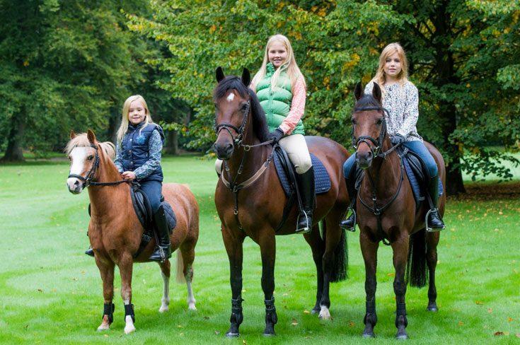 Hela familjen till häst - utan hjälmar
