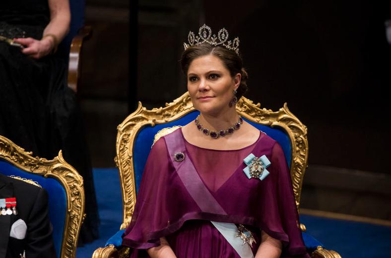 Designern bakom kronprinsessan Nobelklänning: