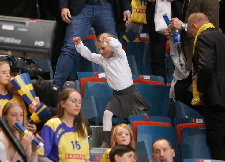 Stort bildspel! Här hejar Estelle fram Sverige till seger i handbolls-EM