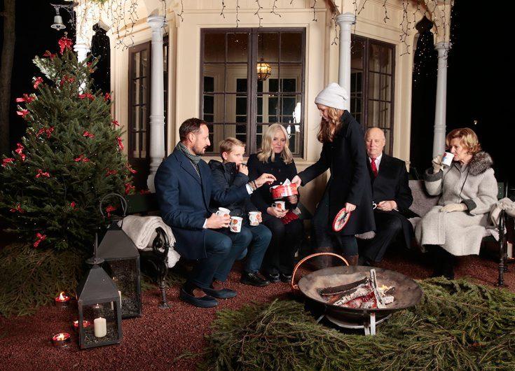 Frågetecknen kring norska kungafamiljens julbild