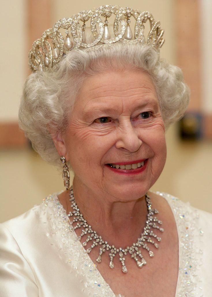 Drottning Elizabeth och Camilla konverserade långväga gäster på slottet
