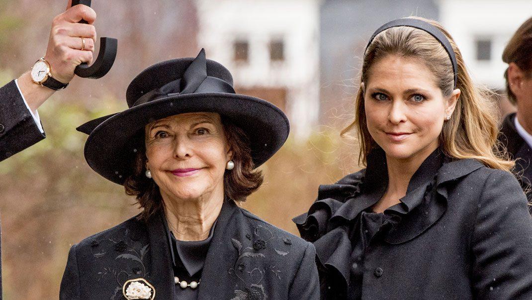 Här anländer Silvia och Madeleine till begravningen