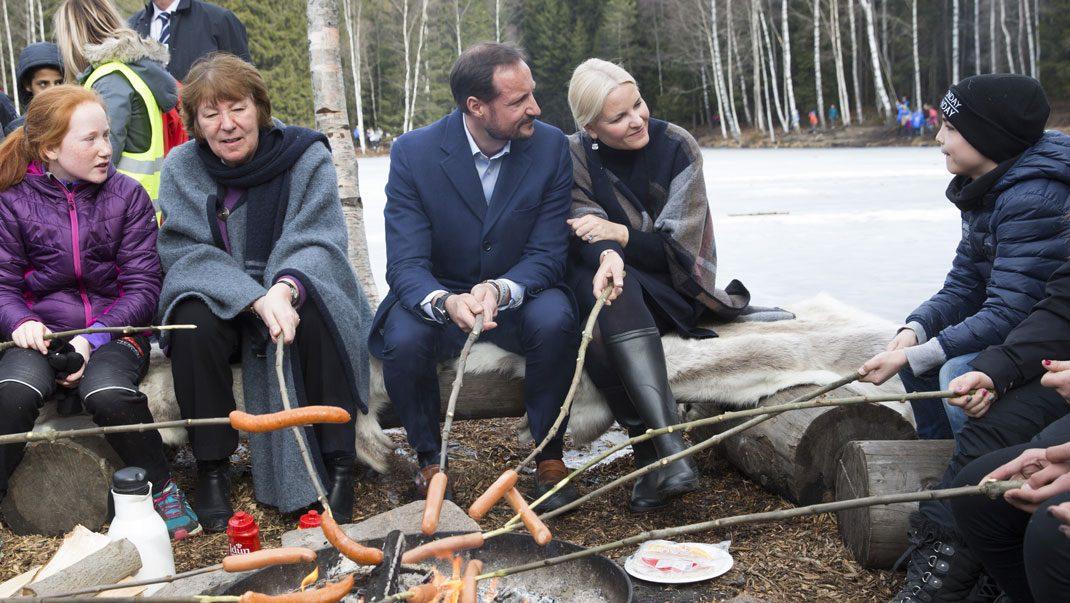 Här bevisar Haakon och Mette-Marit att de är precis som alla andra