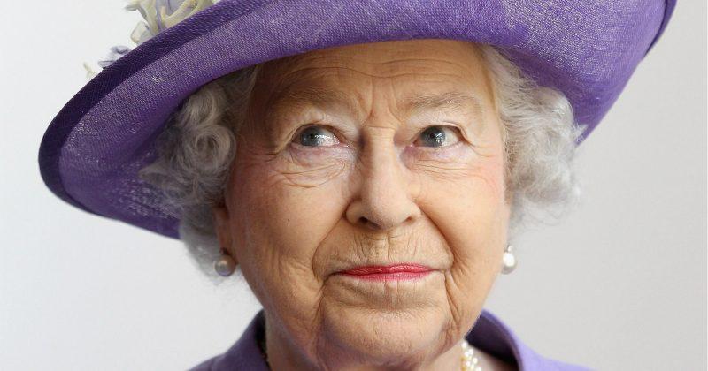 Så ger drottning Elizabeth nytt liv åt sin gamla galaklänning