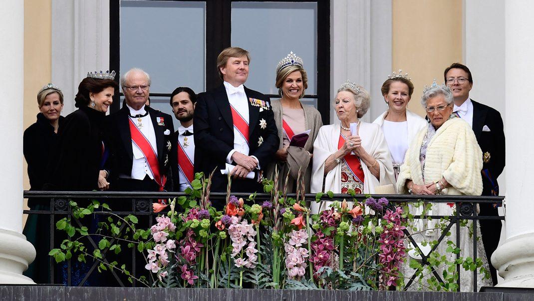 Se alla bilder! Här firar kungligheterna på balkongen