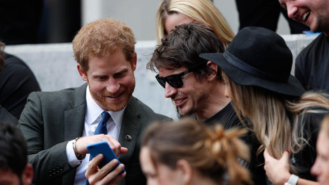 Bilden som visar att förlovningen mellan Harry och Meghan är nära