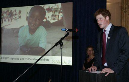 Prins Harry spelar polo i USA för att hjälpa föräldralösa barn