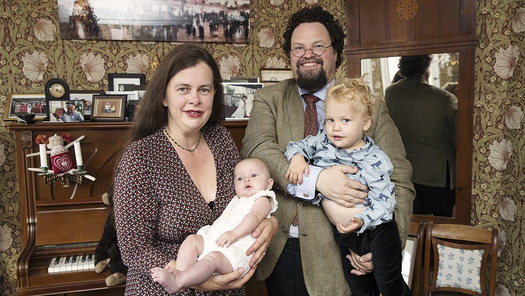 Edward Blom och Gunilla tillsammans med barnen.