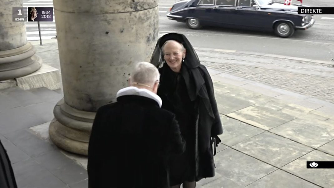 Här anländer Margrethe till prins Henriks begravning