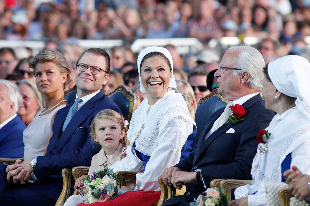Kronprinsessan Victoria, prins Daniel och prinsessan Estelle.