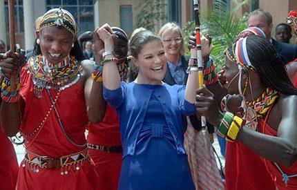 Bildspel! Kronprinsessans färgsprakande dans i Kenya