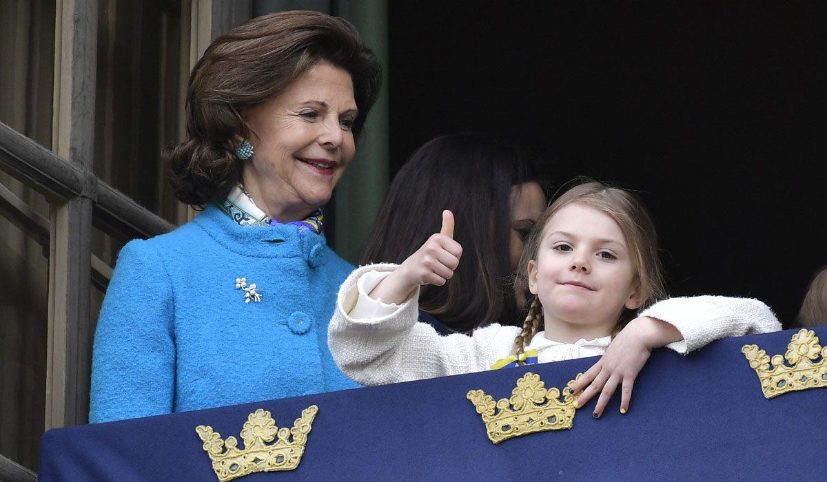 Prinsessan Estelle på slottsbalkongen i gult och svart nagellack. Hon hejar på AIK.