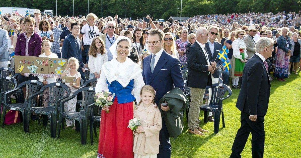 Kronprinsessan Victoria, prins Daniel och prinsessan Estelle på Victoriadagen på Borgholms Idrottsplats 2017.
