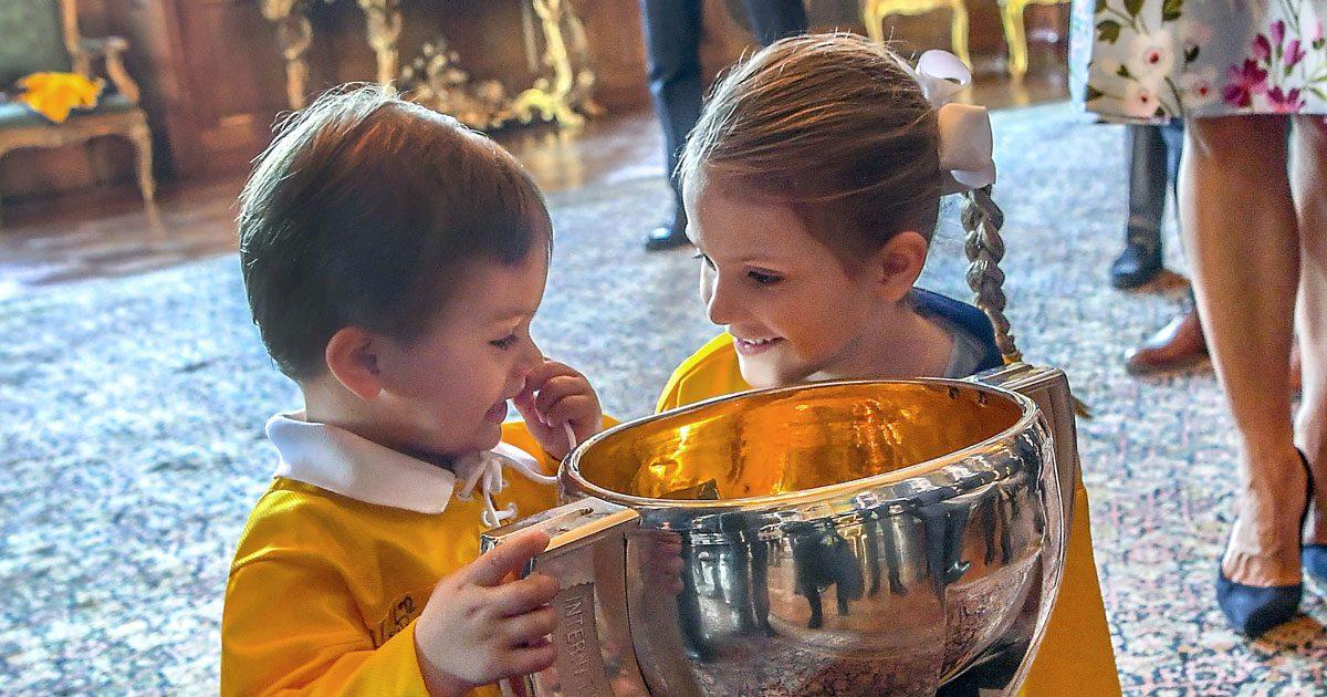 Se Oscar i hockeytröja när kronprinsessfamiljen firade hockeyguldet
