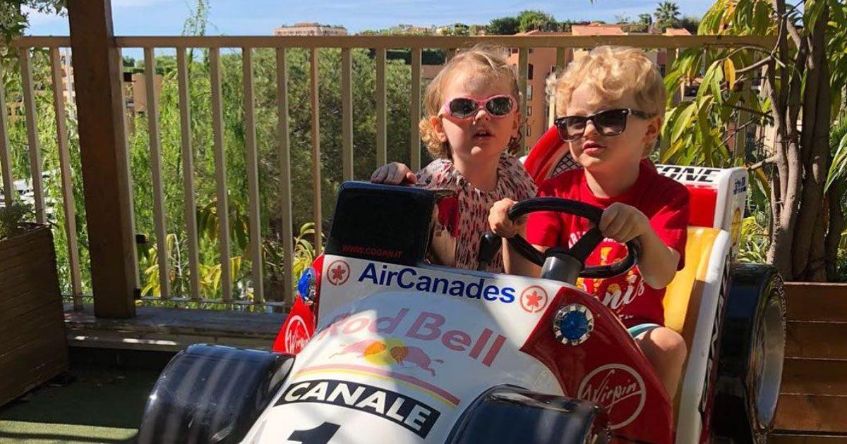 Tvillingarna Jacques och Gabriella i racerbil – se gulliga bilden!