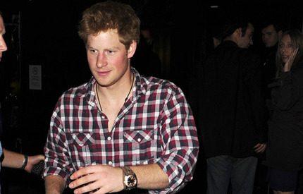 Prins Harry gav manlig beundrare en kyss för en öl
