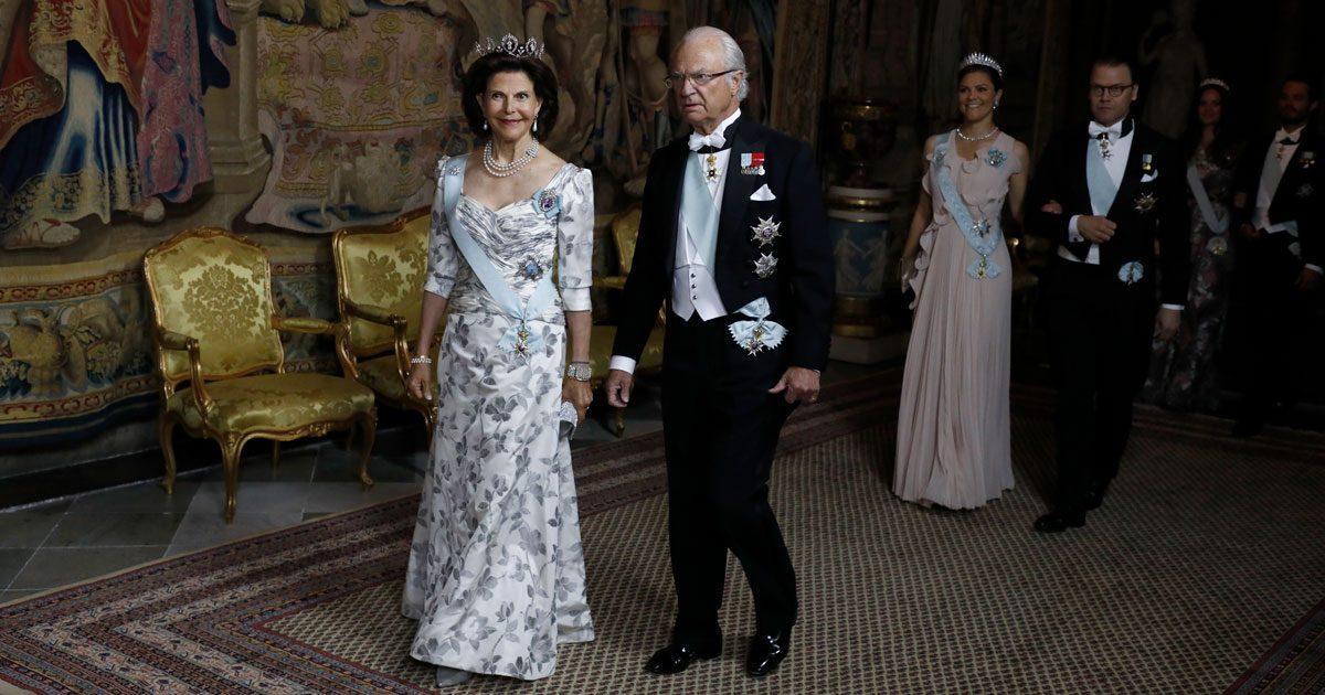 Kungafamiljen sida vid sida för första gången efter skandalboken