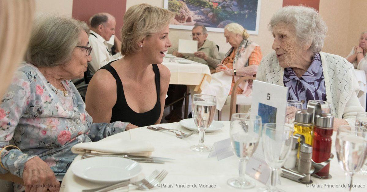 Charlene besökte äldreboende – i svart långklänning