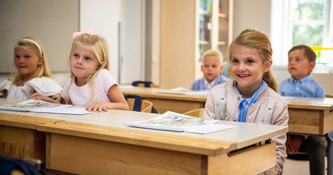 Första bilderna! Här är prinsessan Estelle i skolbänken