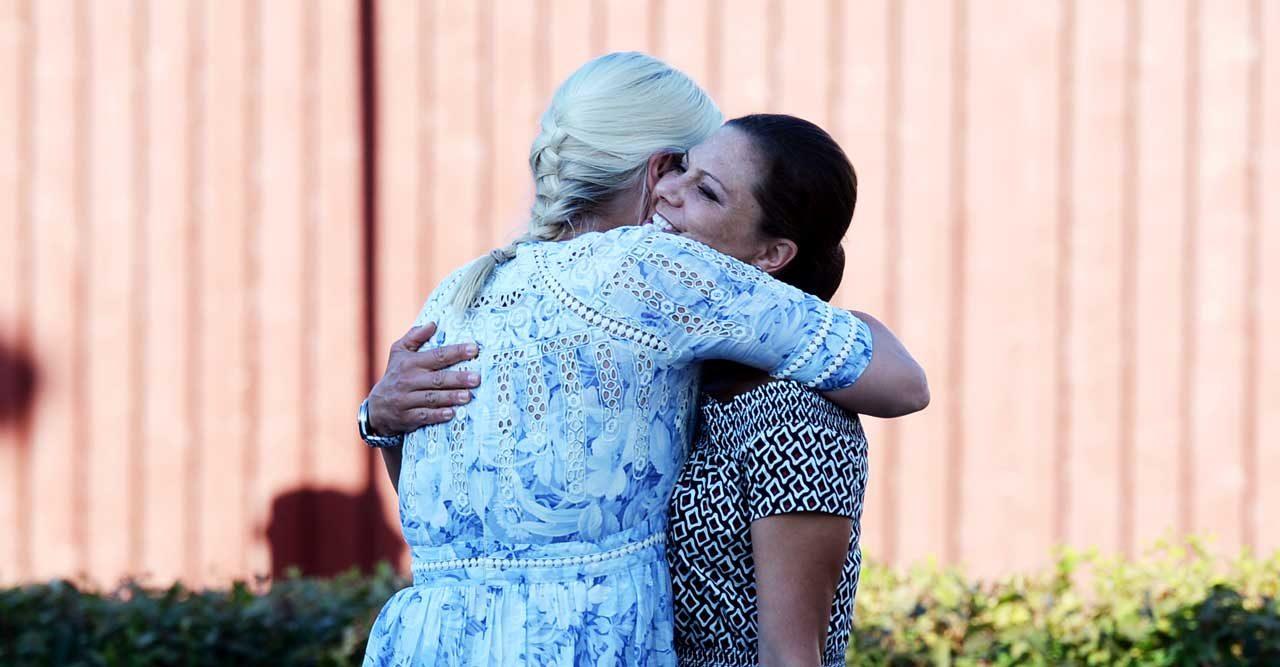 Vännen Victoria stöttar Mette-Marit efter tuffa sjukdomsbeskedet