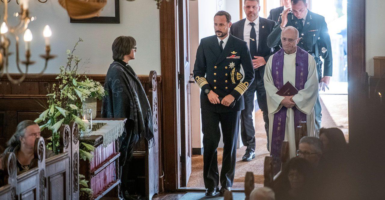 Prins Haakon hedrade krigshjälten Joachim Rønneberg på begravning