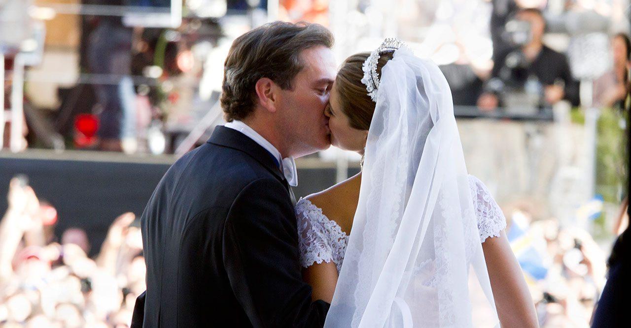 Madeleine och Chris kysser varandra