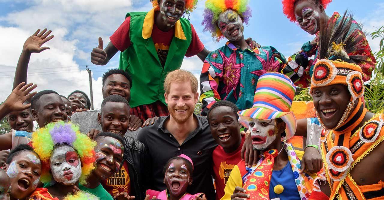 Prins Harry på charmturné – utan Meghan