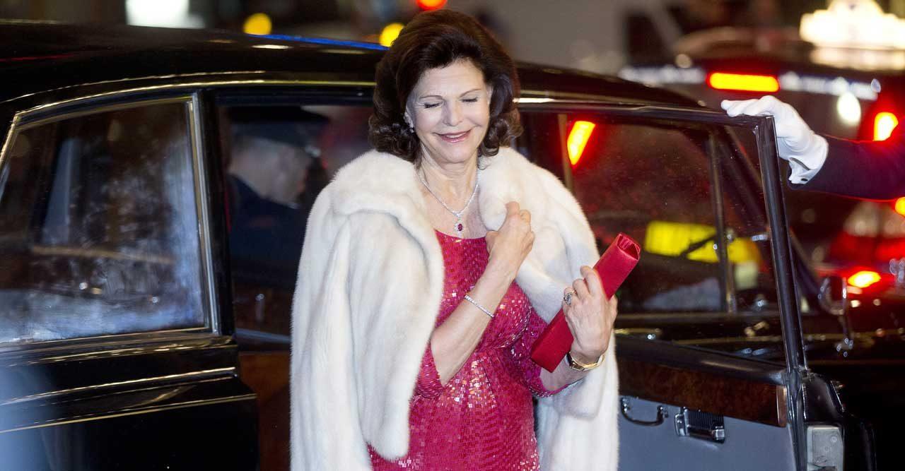 Glittrigt, retro och juvelfärger - följ med in i drottningens aftongarderob!