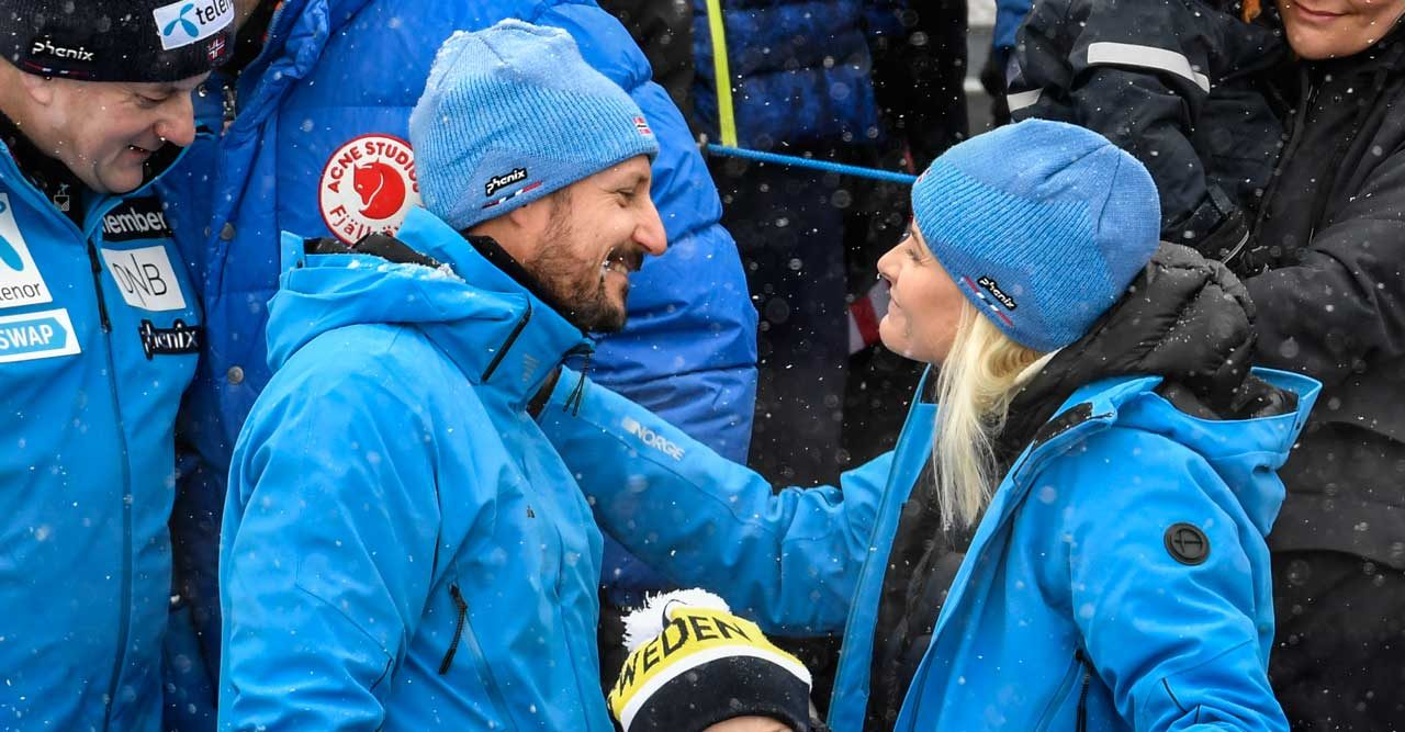 Kärlek i kylan! 4 bilder på Mette-Marit och Haakon som får oss att le